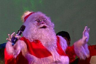 Show de Papai Noel cantor e banda encanta em Mogi das Cruzes - Apresentação foi na noite de quinta-feira (8) no Largo do Rosário.