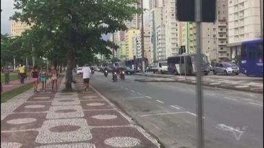 Motoristas usam bolsão de estacionamento para fugir de trânsito em avenida - Situação vem prejudicando moradores.