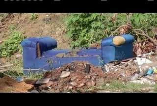 Calendário: Moradores do Conjunto Sir, em GV, reclamam de lixo em lote vago - Situação foi mostrada em março do ano passado.