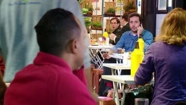 Hoje é dia de sair sozinho: MESA PRA UM - Alexandre Henderson conhece de perto a rotina de um profissional que trabalha sozinho: um crítico de bares!