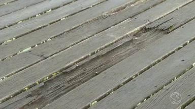 Má conservação de cais preocupa turistas e moradores em Angra, RJ - Em alguns pontos do Cais de Santa Luzia, a madeira está apodrecendo e os pregos também estão expostos.