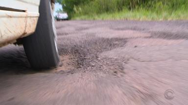 População faz 'vaquinha' para tampar buracos da ERS-410 - Com o dinheiro já arrecadado, 5km da rodovia foram restaurados, ainda faltam 3km a serem feitos.