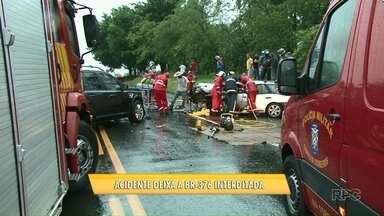 Acidente entre três carros deixa seis feridos na BR 376 - A batida foi no fim da tarde desta sexta-feira, 9, entre Paranavaí e Alto Paraná. Vítimas ficaram presas nas ferragens dos veículos.