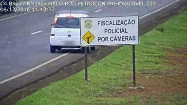 Motorista estaciona carro na pista de rolamento e volta 7 minutos depois, veja - Câmeras de videomonitoramento ajudam a PRF a flagrar esses motoristas infratores.