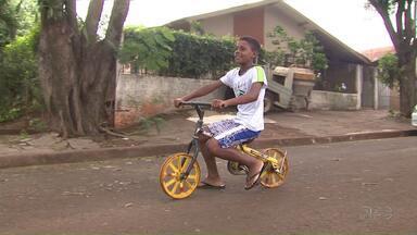 Veja a emocionante história do menino que montou a própria bicicleta a partir de sucata - Ele transformou o grande sonho em realidade.