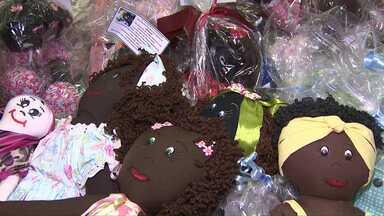 Alunos de Toledo confeccionam bonecas de pano e entregam para entidades - Crianças em tratamento contra o câncer receberão as bonecas.