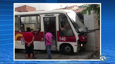 Acidente envolvendo ônibus assusta moradores de bairro em Caruaru - De acordo com a Destra, um inquérito será aberto para investigar o caso.