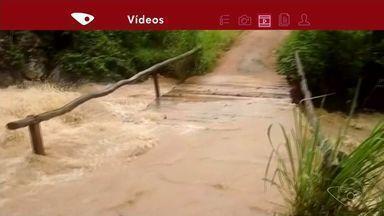 Rio transborda e alaga rua em Conceição do Castelo, ES - Segundo Defesa Civil, o nível do rio subiu três metros.
