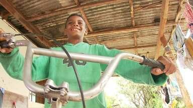 Menino que montou a própria bicicleta ganha outra de presente - A história de Ryan emocionou muita gente disposta a ajudar.