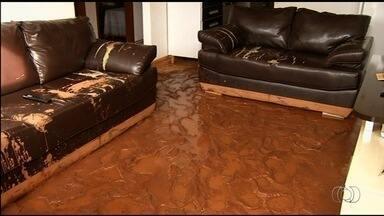 Bombeiros interditam casas de condomínio em Anápolis - Durante uma chuva, o muro do local desabou com a força da água.