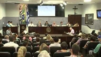 Câmara de Araçatuba vota congelamento de salários - Última sessão do ano tinha, ainda, 40 projetos para serem votados. Vencimento dos vereadores de Araçatuba (SP) é de cerca de R$ 6,5 mil