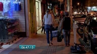 Com lojas abertas até 22h, consumidores vão às compras em Campo Grande - Com lojas abertas até 22h, consumidores vão às compras em Campo Grande