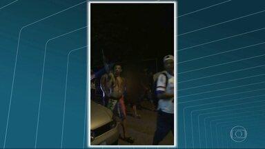 Moradores da Vila Kennedy reclamam da violência - Bandidos armados foram flagrados circulando pela comunidade.