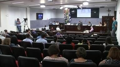 Vereadores aprovam congelamento do próprio salário em Araçatuba - Os vereadores de Araçatuba (SP) aprovaram por unanimidade o congelamento do próprio salário em R$ 6.502,25 pelos próximos quatro anos. A votação aconteceu na noite desta segunda-feira (12). Eles aprovaram, ainda, o reajuste dos servidores da Casa para o próximo ano em 5,7%.