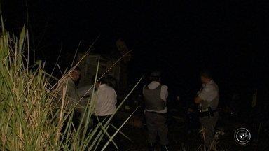 Em áudio, PM alerta sobre ataque a carro-forte em Itatiba: 'Arrebentaram a viatura' - Um carro-forte foi alvo de criminosos na noite desta segunda-feira (12) no quilômetro 30 da rodovia Alkindar Monteiro Junqueira (SP- 063), em Itatiba (SP). Segundo a polícia, o grupo explodiu o veículo e fugiu. A PM foi acionada, houve perseguição e tiroteio. A ocorrência foi por volta das 19h30.