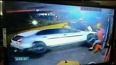 Sobrevivente de acidente que matou dois em Anápolis diz que motorista 'corria demais' - Acidente ainda matou um motociclista. O homem que dirigia o carro desgovernado prestou depoimento e foi liberado.