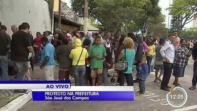 Pelo 2º dia consecutivo tem protesto de ex-moradores do Pinheirinho em frente ao Paço - Prefeitura foi fechada para evitar invasões.