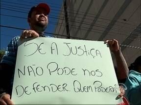 Ex-funcionários da Semeato protestam em Passo Fundo, RS - Segundo a categoria, pagamento de direitos trabalhistas está atrasado