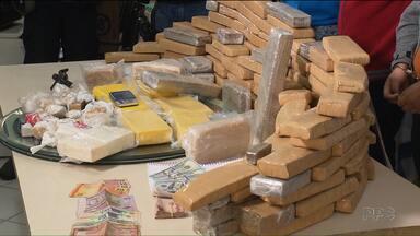 Polícia prende uma das principais quadrilhas de tráfico de drogas de Curitiba - Os traficantes agiam no centro da capital. Os três homens foram presos em flagrante. A polícia apreendeu com eles 74kg de maconha, além de arma e dinheiro.