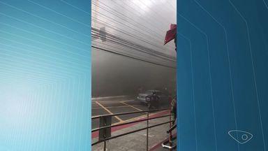 Incêndio atinge fiação em frente a shopping na Reta da Penha - Bombeiros disseram que enfeites de Natal caíram na rede elétrica.A avenida ficou interditada por cerca de 30 minutos, segundo a Guarda.