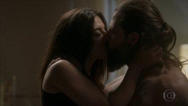Ralf e Milena têm sua primeira noite de amor - Depois de ir no ginecologista, casal se prepara para curtir o namoro