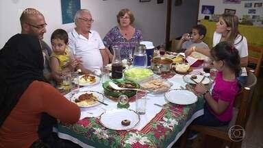Brasileiros convidam refugiados para a ceia de Natal - Rafa Brites leva Muna e sua família para conhecer os brasileiros que vão recebê-los na noite de Natal. As mulheres trocam experiências culinárias e todos se entrosam na pré-ceia