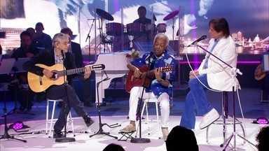 Roberto Carlos canta 'Coração Vagabundo', com Caetano Veloso e Gilberto Gil - O trio emociona a plateia