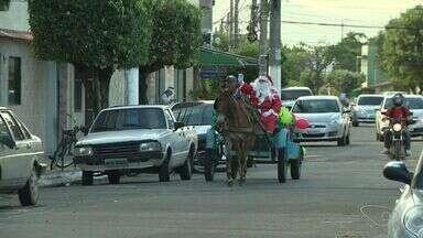 Papai Noel leva presentes em Araçás, Vila Velha - Bom velhinho fez Natal das crianças mais feliz.