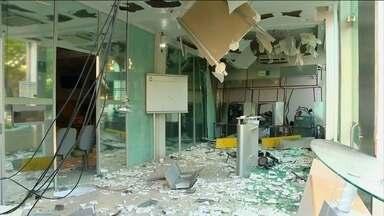 Quadrilha de assaltantes faz reféns e explode duas agências bancárias no RS - A madrugada foi de pânico no interior do Rio Grande do Sul. A quadrilha trocou tiros com a polícia, feriu três pessoas e fugiu com duas moças.