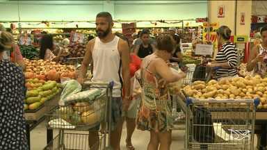 Muita gente deixou para comprar os produtos da ceia natalina na última hora - Os supermercados da capital amanheceram lotados. Muita gente deixou para comprar os produtos da ceia natalina na última hora.