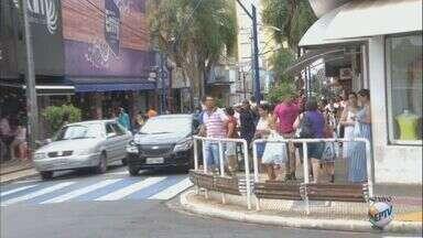 Compras de última hora movimentam o comércio em Araraquara, SP - Em Araras as lojas ficam abertas até às 16h. Já em São Carlos e Araraquara até às 17h e em Rio Claro e São João da Boa Vista até às 18h.