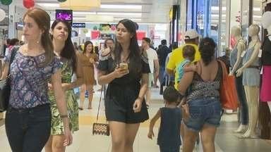 Movimento de consumidores aumentou no shopping de Porto Velho - Muitas pessoas deixaram para fazer compras às vésperas do Natal.