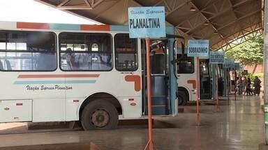 Milhares de trabalhadores viajam diariamente em ônibus lotados e velhos - Alguns veículos têm até goteira. O preço da passagem do ônibus que vai de Planaltina para o Plano Piloto, por exemplo, é R$ 6.
