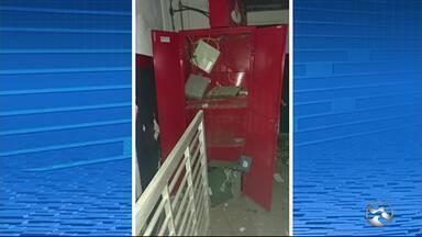 Grupo explode dois caixas eletrônicos dentro da prefeitura de Cortês - Criminosos fizeram dez reféns na frente do destacamento da Polícia Militar.