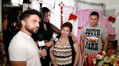 Dan e Niara apresentam programa de Natal na casa de um telespectador - Sr. Josemir recebe equipe do programa em casa e mostra linda decoração natalina feita em família.