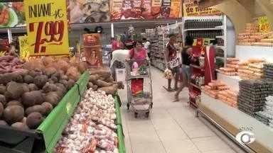 Consumidores lotam supermercados na véspera do Natal - Muita gente foi atrás do produto que falta para complementar a ceia.