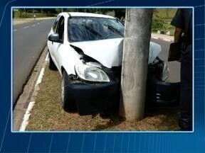 Mulher é encaminhada ao HR após bater carro em poste - Acidente ocorreu no Parque do Povo.
