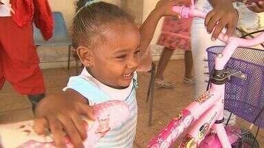 Campanha Cartas para o Papai Noel, dos Correios, surpreende crianças em Ribeirão Preto - O bom velhinho levou os presentes de doadores anônimos a crianças especiais.