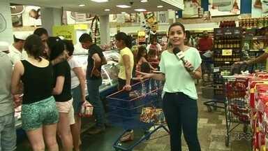 Mercados ficam movimentados e vendem muitos itens da ceia na véspera de Natal - Muitos moradores do Noroeste deixaram para comprar os ingredientes no último dia.