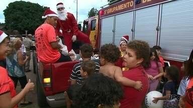 Grupo de voluntário entrega mais de mil presentes em Paranavaí - A entrega foi em vários bairros. Papai Noel visitou os locais no carro dos bombeiros.