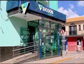 Bandidos levam R$:59 mil em assalto a uma agência bancária em Campos Gerais - Os assaltantes foram surpreendidos por um investigador da polícia que prendeu dois deles e recuperou o dinheiro.