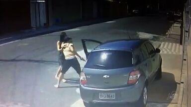 Mulher reage a assalto e briga com criminosos no Bairro Ellery, em Fortaleza - Câmeras de segurança flagraram o momento do assalto.
