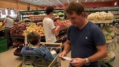 Suspermercados ficam lotados para compras da ceia natalina - Muitas pessoas deixaram para última hora para comprar os ingredientes.