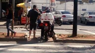 Motociclista atravessa rua pela faixa de pedestres em Goiânia - Flagrante foi feito na Avenida Castelo Branco, no Setor Coimbra.