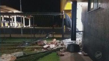 Grupo derruba muro com tratores e furta cofres de pedágio em Ituverava, SP - Crime aconteceu na madrugada de domingo (25).