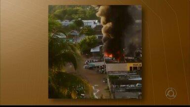 Sucata pega fogo em João Pessoa e bombeiros demoram três horas para controlar chamas - Prédio ficou completamente destruído no bairro do Varadouro.