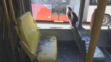 Seis ônibus são vandalizados durante o final de semana em Campinas - Quando passavam pela avenida John Boyd Dunlop, os veículos foram apedrejados e ficaram com janelas e portas danificadas.