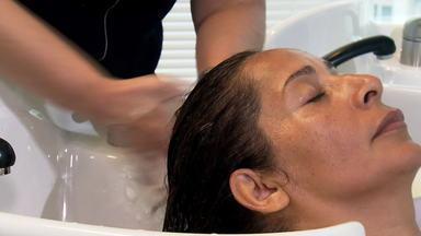 Você sabe lavar os cabelos corretamente? - Extra internet - Cabeleireira ensina a usar o shampoo e o condicionador corretamente e dermatologista fala sobre a secagem dos cabelos.