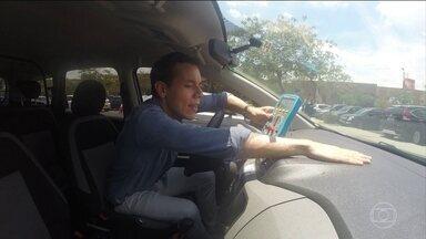 Saiba como lidar com o calor excessivo no carro - Ao entrar no carro quente, primeiro abra os vidros e saia com o veículo; só então ligue o ar condicionado. O protetor laminado impede o aumento da temperatura.