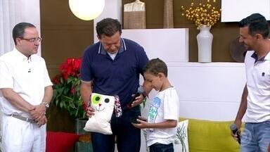Paulinho esbanja alegria com um coração novo - Paulinho estava internado, na fila do transplante, com cardiomiopatia restritiva. No hospital, sua diversão era fazer mágica e desenhos.